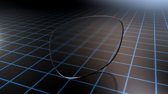 Essilor-glas met een corrigerend Eyezen-ontwerp die de Eyezen Focus-technologie aantoont.