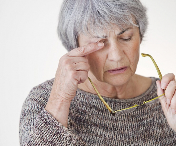 Keratocône femme se frottant les yeux
